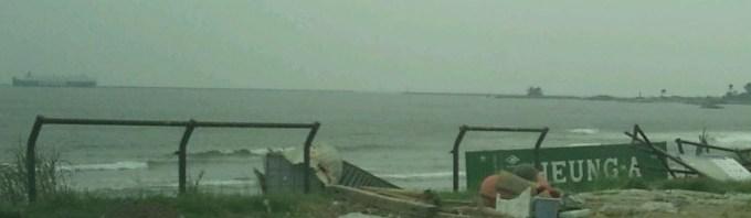 宮城県ヶ浜町の菖蒲田浜。沖合に船が見える以外、あまり変わりな い。