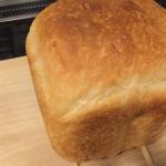 パン焼いた(強力粉を計って、砂糖、塩、水、バターを入れて、ドライイーストをセットしてボタン押すだけ http://t.co/BSjEs2reyf