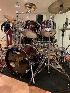 新しいドラムセッティングに向けて準備中。
