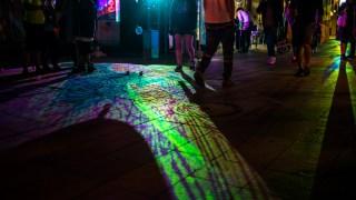 金沢の中心街を彩るデジタル掛け軸イベント「竪町カラーロード」