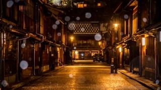 金沢の冬の風物詩・ライトアップされたひがし茶屋街と金沢城