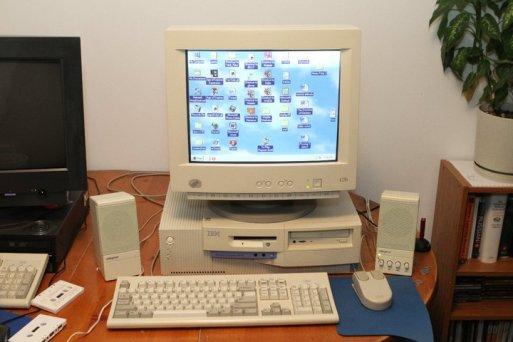 IBM Personal Computer 300PL - примерно так он выглядел, когда еще считался новой и солидной машиной