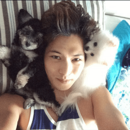 lee-jong-hyun-enjoys-spending-him-with-his-dogs