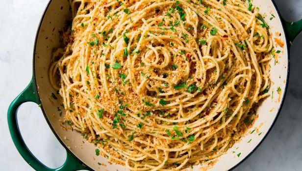 https://hips.hearstapps.com/hmg-prod.s3.amazonaws.com/images/garlic-spaghetti-horizontal-1539203011.jpg?crop=1xw:1xh;center,top&resize=480:*