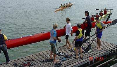 Buntes Treiben am Bootssteg bei den Nachwuchswettkämpfen.