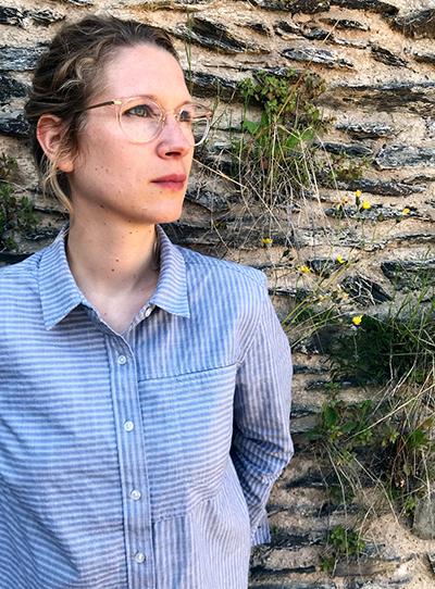 Portrait einer jungen Frau, die zur Seite blickt