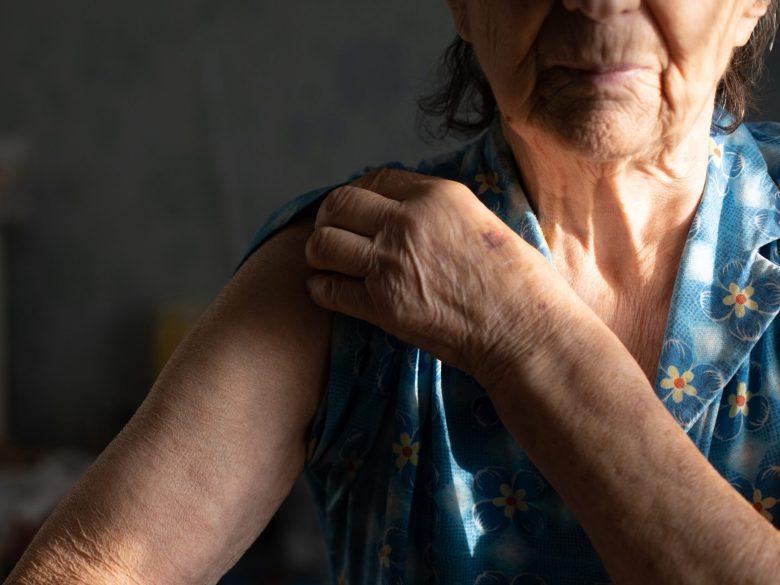 Seniorin, freier Arm, Impfung