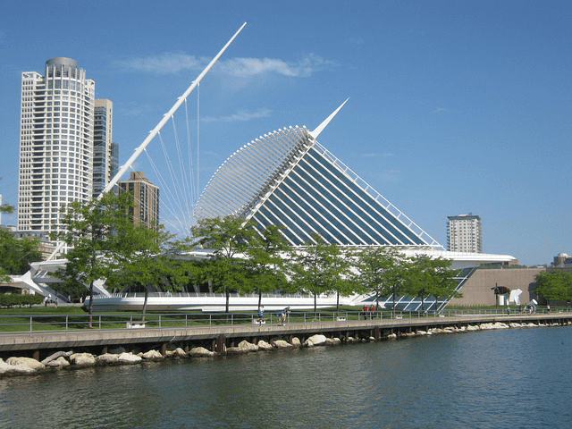 Daytime view of the Milwauee Art Museum