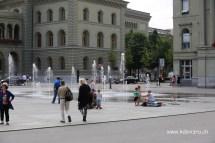 Kanak-kanak bermain air di depan Paliment