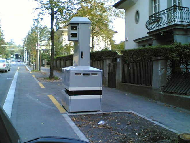 Contoh alat mengesan kelajuan kenderaan di kawasan kediaman.