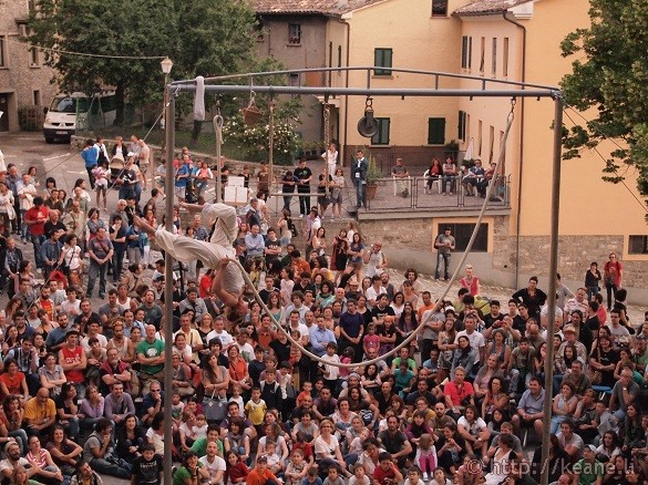 Artisti in Piazza - Dare d'Art performs comedy acrobatics