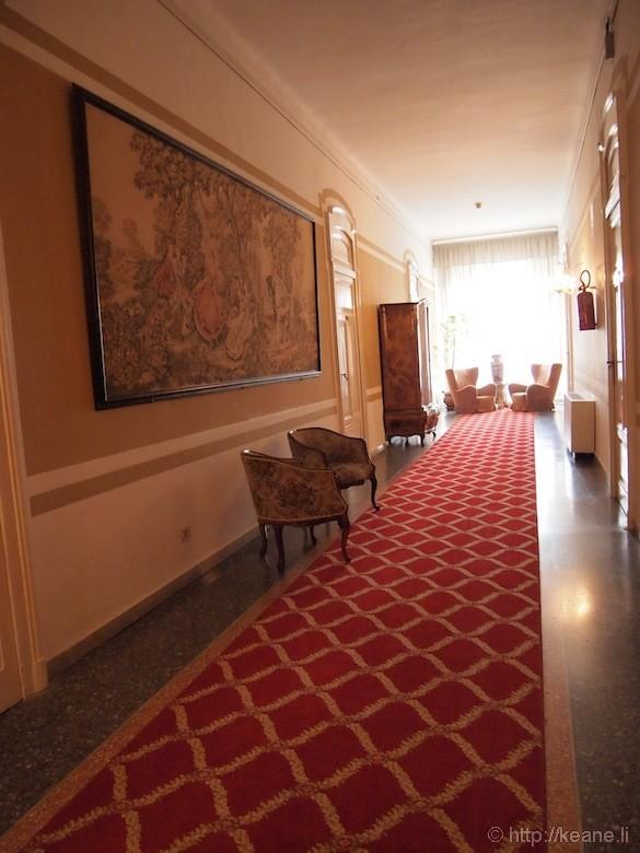 Grand Hotel Rimini - Hallway and red carpet
