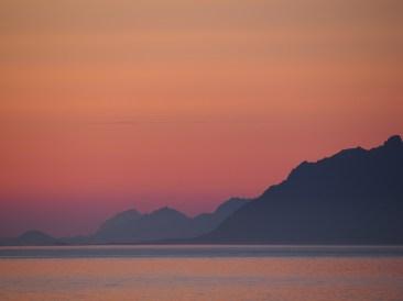 Värien leikittelyä taivaanrannassa, auringon laskiessa Lofooteilla.