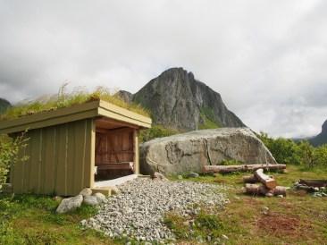 Ruotsissa ja Norjassa on muuten hienoja autiotupia sekä laavuja. Tämä mainio pieni laavu löytyi Norjan Lofooteilta. Artikkelin kuva taas on Kungsledenin Singituvilta. Tähän norjalaiseen tosin ei mahdu nukkumaan.