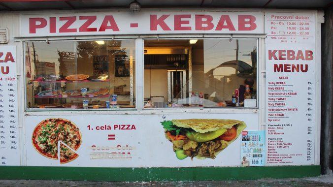Chtěl omáčku navíc, vymlátil kebab