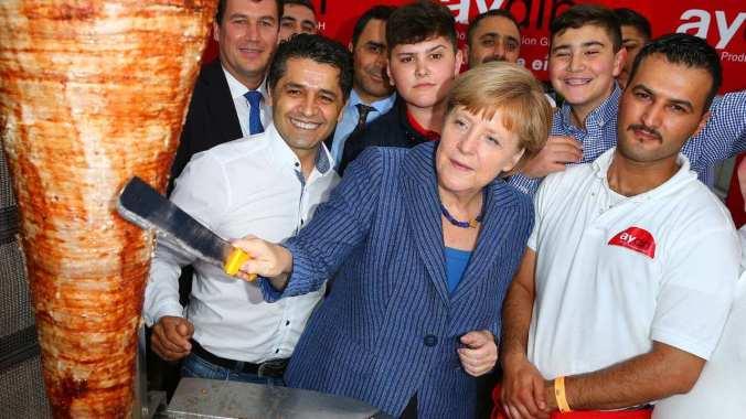 """Kancléřka Angela Merkelová krájející kebab """"Mustafa's Gemüse Kebap"""" expanduje do Mnichova"""