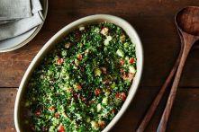 Tabbouleh - bylinkový salát, jehož základ tvoří tři suroviny: bulgur, rajčata a hladkolistá petrželka.Často se přidává ještě máta, olivový olej, citron a případně trocha koření jako je skořice, pepř a nové koření - Kebabárenský slovníček
