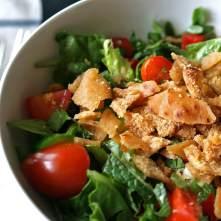 Fattoush - salát z různých druhů zeleniny a kousků opečeného pita chleba - Kebabárenský slovníček