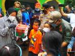 Menteri Sosial Tri Rismaharini meninjau pengungsi korban longsr Kalijering, Kebumen. (12/2/2021)