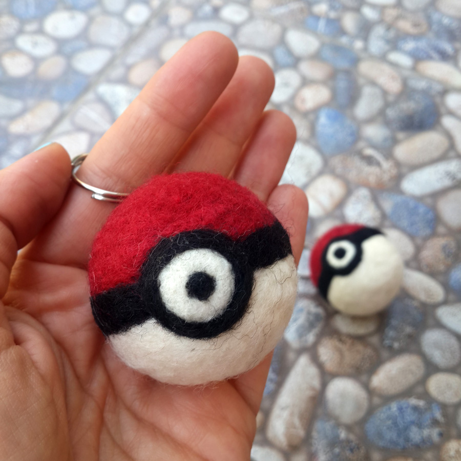 needle felted pokeball - keçe pokeball poke top