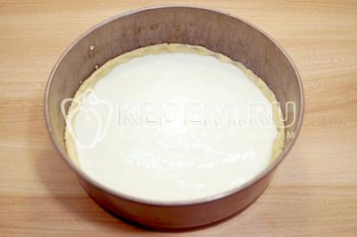 Выложить начинку на тесто и равномерно распределить по форме.