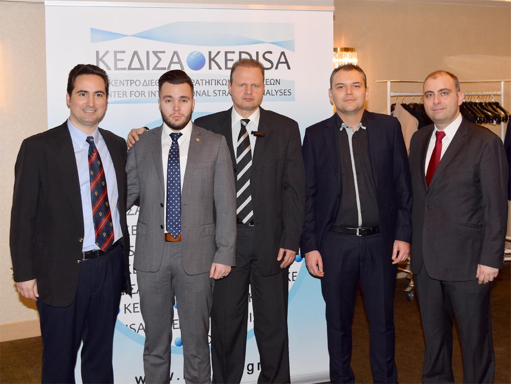 Από αριστερά προς τα δεξιά: Ο Ιδρυτής & Πρόεδρος Δ.Σ. του ΚΕΔΙΣΑ, κ.Ανδρέας Γ.Μπανούτσος, ο Πρόεδρος του νεανικού τμήματος της Ομογενειακής οργάνωσης AHEPA, Sons of Pericles, Athens Chapter «THESEUS» και Δόκιμος Αναλυτής ΚΕΔΙΣΑ, κ.Δημήτρης Ράπτης. ο Εκτελεστικός Διευθυντής του ΚΕΔΙΣΑ, κ.Γιώργος Πρωτόπαπας, ο Ιδρυτικός Εταίρος και μέλος Δ.Σ. του ΚΕΔΙΣΑ, κ.Κωνσταντίνος Μαργαρίτου και ο Διευθυντής Ερευνών του ΚΕΔΙΣΑ, Δρ. Πέτρος Βιολάκης.