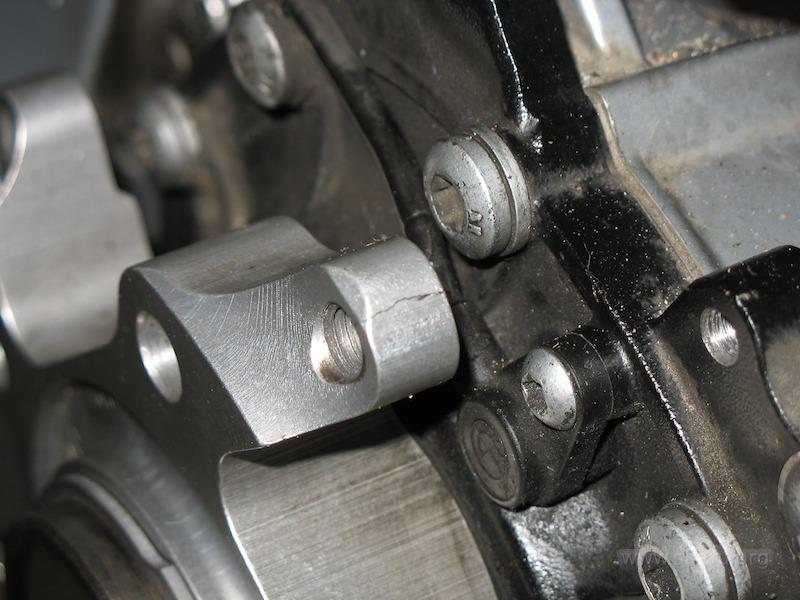 Пример трещины на крепеже колеса R1200GS