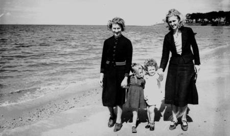 StateLibQld_2_131159_Evacuees_from_Hong_Kong_walking_on_the_beach_at_Redcliffe,_August_1940