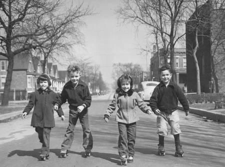 photo-chicago-unknown-residential-street-4-kids-streetskating-c1950
