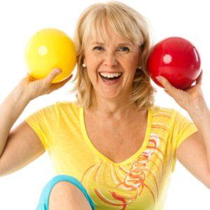 Nainen hnauraa ja pitää kahta palloa