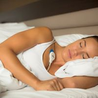 Nainen nukkuu ja rinnassa Firstbeat-mittari