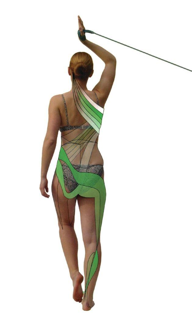 Nainen tekee SPS-harjoitteita erityiskuminauhalla