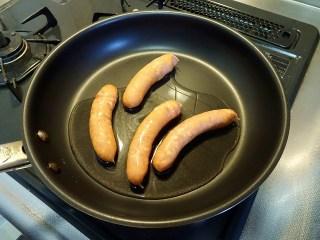 フライパンの水がなくなるまで炒めます