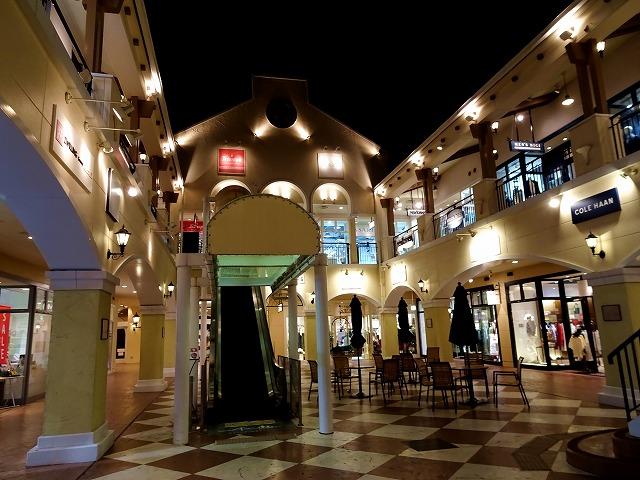 夜のマリンピア神戸ショッピングモール