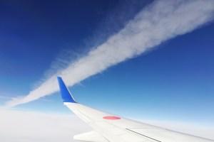ひこうき雲を近くで撮影