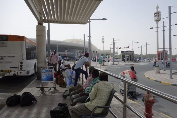 シャルージャ空港出てすぐのバス乗り場