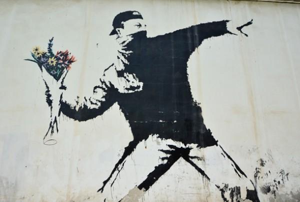 Throwing Flower。右手には爆弾の代わりに花束。