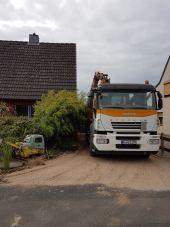 LKW steht in der Zufahrt