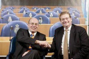 Pikant: Ard van der Steur mit Fred Teeven, dem Staatssekretär der für die Affäre verantwortlich war, die Ivo Opstelten das Amt kostete - Foto: Homepage ardvandersteur.vvd.nl