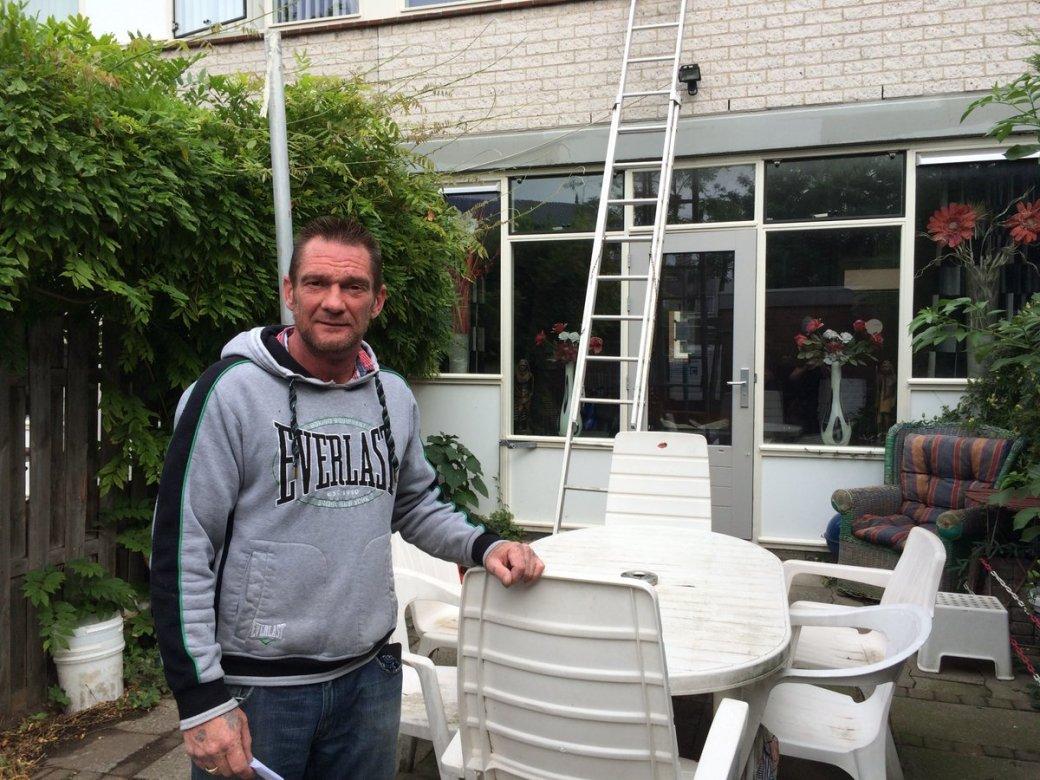 Jean-Paul 't Gilde vor seinem versiegelten Haus (via @annetschut, twitter)