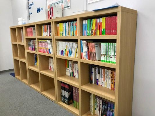 図書コーナーをリニューアルした話と、政治がテーマの3冊の本の紹介と。