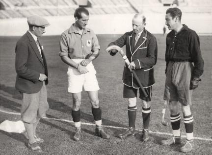 Sport, Olympische Spelen 1928, Amsterdam : Een hockeystick wordt gemeten voorafgaand aan de hockeywedstrijd Frankrijk-Spanje (2-1).