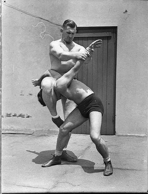 A picture of two wrestlers showing an arm lock wrestling hold