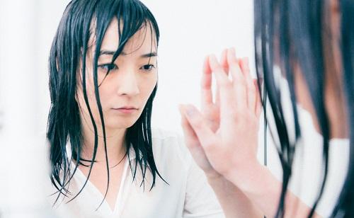 鏡に自分を写す