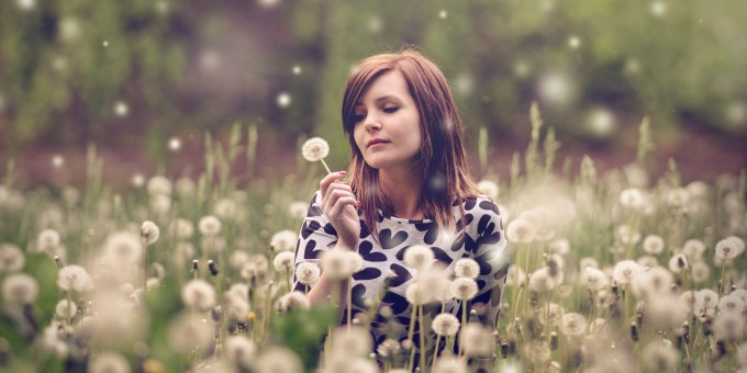 woman-portrait-meadow-dandelions-157604