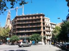 Barselona. Kai kuriuose Barselonos rajonuose galima pastebėti įdomius miesto planavimo ypatumus - sankryžos neturi stačių kampų, jie yra nukirsti įstrižai ir išnaudoti parkavimui, dėl to sankryžos atrodo labai plačios.
