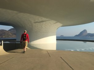 Below the gallery is a reflecting pool, Museu de Arte Contemporânea (MAC) de Niterói, in the region of Rio de Janeiro, Brazil. Photo: Kelise Franclemont.