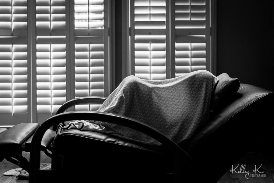 Girl-reading-under-blanket-KelleyKPhotography-SmyrnaGA