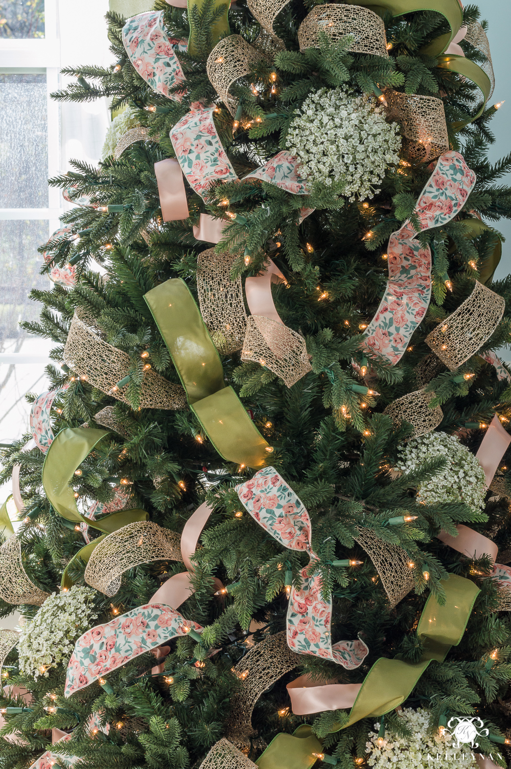 Decorated Christmas Tree Pictures With Ribbon