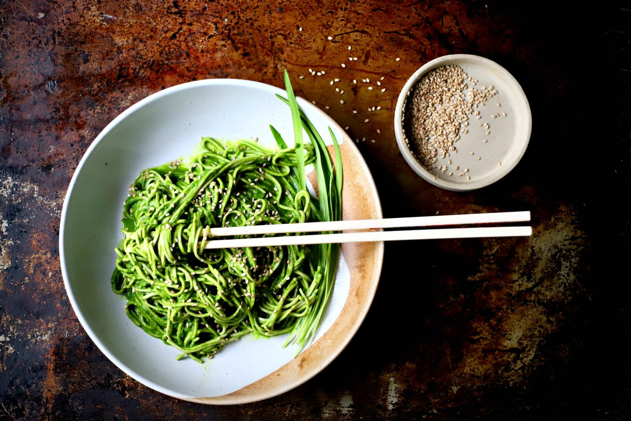 Silky and seasonal wild garlic, #miso and spinach #sauce for pasta, noodles, steamed vegetables and more. #wildgarlic #rawfood #vegan #glutenfree